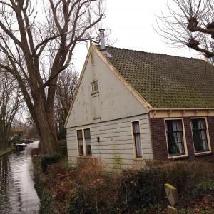 zijkant woonhuis aan water