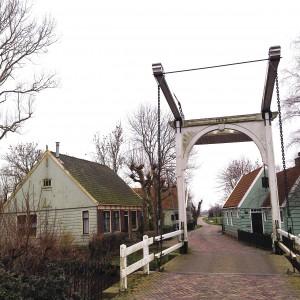 links van brug zicht op woonhuis